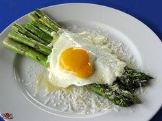 SOSCuisine: #Asperges à la milanaise Une recette méditerranéenne santé et rapide à faire! Asperges grillées avec #oeufs au plat et #parmesan râpé.