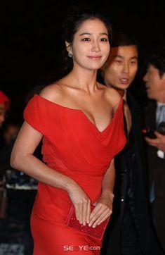 레드카펫 클리비지룩 '파격 섹시미' Korean Beauty, Asian Beauty, Lee Min Jung, Korean Star, Korean Women, Lady In Red, Beautiful Women, Actresses, Stock Photos