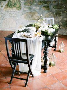 Intimate, organic table: http://www.stylemepretty.com/little-black-book-blog/2015/05/18/organic-seaside-wedding-inspiration/   Photography: Brancoprata - http://www.brancoprata.com/