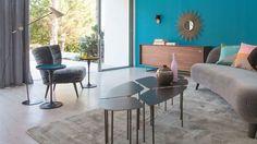 Un salon en gris et bleu dynamisé par ce mur de peinture turquoise