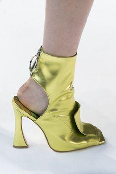 b18515af563 Christian Siriano at New York Fashion Week Spring 2018 - Details Runway  Photos · EscarpinsSoulierTalonsChaussureChaussures De ModeTenues ...