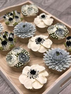 How to pipe buttercream frosting flowers - Cake Decorating Cupcake Ideen Cupcakes Flores, Floral Cupcakes, Cupcake Bouquets, Floral Cake, Cake Decorating Techniques, Cake Decorating Tips, Buttercream Cupcakes, Cupcake Cakes, White Buttercream
