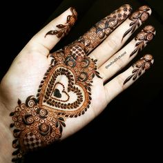 You can either write someone's name in the heart 💖 Mehndi Designs Feet, Best Mehndi Designs, Bridal Mehndi Designs, Beautiful Henna Designs, Beautiful Mehndi, Henna Mehndi, Henna Art, Mehendi, Back Henna