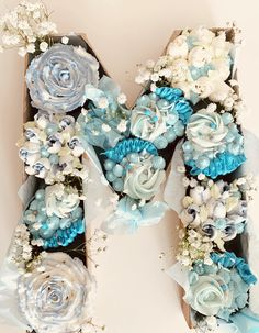 Blue and white cupcakes flower in letter box for birthday party. White Cupcakes, Wedding Cakes With Cupcakes, Flower Cupcakes, Cupcake Bouquets, Truck Birthday Cakes, Birthday Cupcakes, Birthday Parties, Party Cupcakes, How To Make Letters