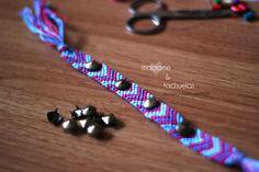Con una pulsera macramé de flechas. Precio: 4€ Contacto: bykoms.accesorios@gmail.com