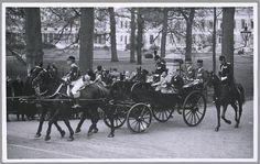 Om kwart voor drie vertrekt het rijtuig met prinses Juliana en prins Bernhard van paleis Soestdijk, onderweg toegezwaaid door de bewoners van Soest, 15 april 1937