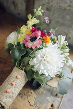 button + burlap bouquet wrap // photo by Christina Lilly, styling by Gilded Lily Events // http://ruffledblog.com/from-invitation-to-inspiration-by-wedding-paper-divas