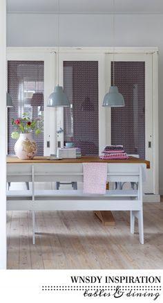 Bench seat, white + natural finish. Ooh, and pendant lights. // Eettafel inspiratie in zwart-wit & blauw | villa dEsta | interieur en wonen