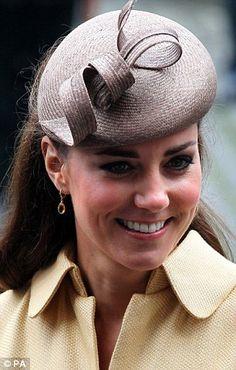Aos seus ouvidos Kate usava um par de ouro simples e brincos citrino pelo joalheiro Kiki McDonough