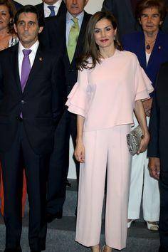 La reina Letizia estrena un top de Zara que ya llevó una princesa, ¿con quién comparte 'look'? Look Zara, Mother Of The Bride Suits, Evening Dresses For Weddings, Mom Dress, Looks Chic, Queen Letizia, Pink Outfits, Fashion Fabric, Royal Fashion