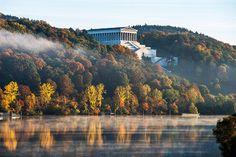 Копия Парфенона над Дунаем — построенный Лео фон Кленце памятник великим немцам. Называется он, правда, отнюдь не по-гречески: Валгалла.