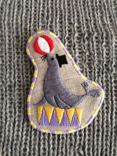 リネン生地に刺繍をしたブローチです。裏面はフェルトです。周囲は2色のいとで縁取っています。【サイズ】縦90mm×横70mm(約)※※※ 注 意 ※...|ハンドメイド、手作り、手仕事品の通販・販売・購入ならCreema。
