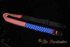 """*Exclusive* Paracord Guitarstrap """"USA"""". Check our contest on Instagram: https://www.instagram.com/p/_wg2EbuZxS/ #Paraknotter #Handmade #Paracord #Paracord550 #guitarstrap #Guitars #guitarstraps #usa #americanflag #captainamerica"""