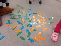 Erivärisiä (eri sanaluokkia) kaloja laatikossa. Kaloissa klemmari. Onkena oksa, jossa naru ja magneetti. Kaloja sanoja ja tavuja. Ongitaan sana ja keksitään itse lause loppuun. Tai otetaan jokaista väriä ja tehdään hassuja lauseita (toimii hyvin erityisesti s2 oppilailla taivutusharjoituksena). Tai kaverin kanssa otetaan 2 kalaa ja keksitään yhdessä. Mielikuvitus rajana. (Al-ku-o-pet-ta-jat FB -sivustosta / Sanna Alavuokila)