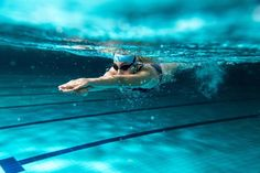 If you want swimming to be your new low-impact total body workout, here's what you need to know! We'll help you get the most out of your first pool workout! Best Swimming Workouts, Pool Workout, Swim Workouts, Swimming Videos, Water Workouts, Swimming Photos, Swimming Classes, Bike Workouts, Swimming Sport