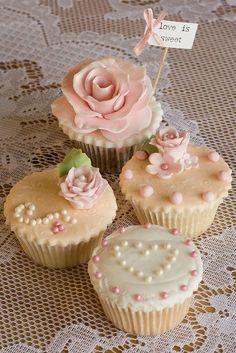 Vintage pearl cupcakes.