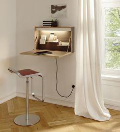 flatbox: Office in a box… In dieser kompakten Box des Berliner 'Designerfinders' Michael Hilgers versteckt sich ein komplettes Homeoffice. Die Montagehöhe ist variabel; So lässt sich flatbox z.B. auch als zusätzlicher rückenfreundlicher Steharbeitsplatz nutzen. Aufgrund seiner kompakten minimalistischen Gestaltung fügt sich flatbox unauffällig in jede Wohnumgebung ein. Hersteller: Müller Möbelwerkstätten