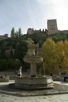 Caminar por el Paseo de los Tristes. // Los 10 rincones más bellos de Granada.