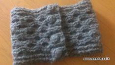 今年最後の編み図…かぎ針で編むハニカム模様のくるみボタン留めネックウォーマーです^^本当は、ちょっと長めのマフラーを作りたいなと思って編み始めたのですが、糸が足りず、ネックウォーマーサイズになりました。ボタンをはずすと長さ約75㎝×幅約21