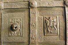 Duomo di Monreale, Sicile, Italie: battants du portail latéral décorés par Barisano da Trani en 1179  BARISANO DA TRANI è stato uno scultore italiano attivo nella seconda metà del XII secolo.    #TuscanyAgriturismoGiratola