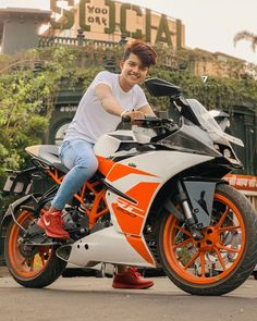Life is like riding a bicycle. To keep your balance, you must keep moving. Cute Boy Photo, Photo Poses For Boy, Boy Poses, Cute Girl Pic, Mens Poses, Audi, Porsche, Bmw, Mens Photoshoot Poses