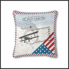Esta funda de cojín modelo Custom de la firma Antilo esta realizado en estampación digital donde podemos observar el cuño de una carta con la bandera de USA. Es el complemento ideal para tus fundas nórdicas o colchas.