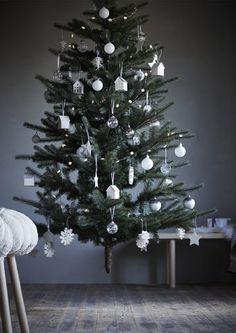 Prožijte letošní svátky bez stresu. Umělý strom IKEA FEJKA lze složit na plocho. Snadno se ukládá a zabere jen málo místa.