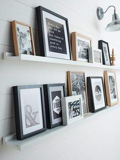 Pas besoin de percer les murs à de multiples endroits pour improviser une accumulation de mini cadres dans l'air du temps ! Il suffit de poser des mini tablettes et de laisser libre cours à votre imagination pour faire parler les murs !