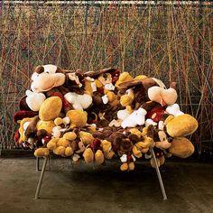 """""""A poltrona (de bichos de pelúcia) Banquete, vendida pela Firma Casa, é ótima para a leitura. Cumpre as funções de estética, conforto e conceito"""""""
