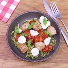 Make delicious zucchini spaghetti with pesto for the summer! Make delicious zucchini spaghetti with pesto for the summer! Vegetarian Recipes Videos, High Protein Vegetarian Recipes, Healthy Recipe Videos, Easy Healthy Recipes, Healthy Dinner Recipes, Vegetarian Meals, Healthy Meals, Cooking Recipes, Plats Healthy