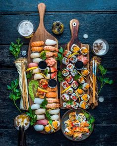 how to set a sushi platter Sushi Party, Snacks Für Party, I Love Food, Good Food, Yummy Food, Sushi Platter, Seafood Platter, Sushi Buffet, Sushi Love