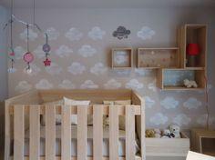 habitación infantiles con nubes pintadas en la pared por Stencil Barcelona