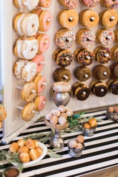 Every girl adores donuts. Can you imagine adding donuts into your wedding? Donuts are great wedding walls not only because they are delicious and good-looking, we also love it for its budget-saving and creative visual effect. Diy Dessert, Dessert Bars, Dessert Table, Beautiful Wedding Cakes, Perfect Wedding, Kreative Desserts, Bar A Bonbon, Diy Donuts, Doughnuts