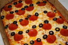 Pizza Mickey Mouse con aceitunas y pepperonis.