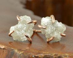 Este pequeño par de aretes es hechos a mano de reciclado 14k de oro y piedras preciosas druzy.  Las piedras preciosas druzy es cuarzo natural