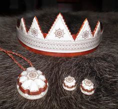 I said no tiaras, but this one made by a saami artisan inspired by traditional motifs and materials is too interesting to ignore. Culture Clothing, Amish Quilts, Bridal Crown, Bridal Headpieces, Scandinavian Style, Handicraft, Finland, Woodwork, Artisan