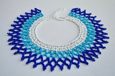 IRIS azul blanco y azul del espectro con cuentas Collar Iris, Beaded Collar, Collar Necklace, Girls Dresses Sewing, Shoulder Necklace, African Necklace, More Than One, Beaded Jewelry Patterns, Beautiful Necklaces