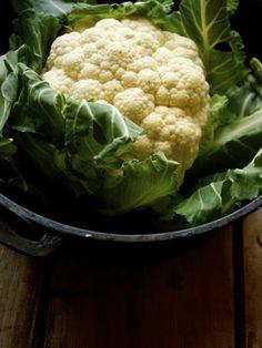 La coliflor es una verdura típica de la zona mediterránea que nos aporta vitaminas, proteínas, fibra, potasio, fósforo, magnesio, calcio y folato. Además, son buenas como antioxidantes y depurativas
