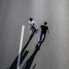 rollt 04 – Auf dem Highway Richtung Sonne. Schräges Licht, immer geradeaus. Die Figuren wie freigestellt auf Asphalt. 2014, MD | © www.piqt.de | #PIQT