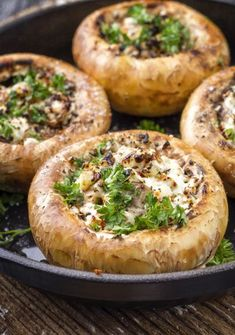 Rezept: Gefüllte Champignons - Spitzhüttl Home Company - Möbelhaus bei Würzburg Recette: Champignons farcis - Spitzhüttl Home Company - magasin de meubles près de Würzburg Easy Dinner Recipes, Snack Recipes, Easy Meals, Tapas, Healthy Snacks, Healthy Recipes, Low Carb Chicken Recipes, Mushroom Recipes, Finger Foods