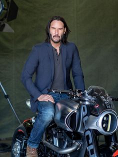Well these new photos that are coming out from when Keanu did a photo shoot not so long ago, for back in March all… Keanu Reeves John Wick, Keanu Charles Reeves, Outfits Casual, Mode Outfits, Santa Monica, Keanu Reeves Motorcycle, John Rick, Arch Motorcycle, Keanu Reeves Quotes