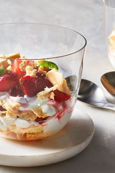 If you've never heard of Eton Mess, you'll be thankful we're introducing you to it. This traditional English dessert is essentially a pav. Dessert Dishes, Dessert Recipes, English Desserts, Eton Mess, Pavlova, Summer Desserts, Meringue, Whipped Cream, Parfait