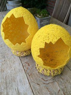 Paaseieren gemaakt met 'homemade' lijm, ballonnen en 3 bolletjes wol.