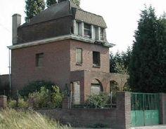 La maison de Hem (Nord), non loin de Villeneuve d'Asq, est sans doute l'une des plus célèbres maisons hantées de France. Construite en 1939, cette villa aurait été le théâtre de la mort d'un enfant. Depuis de nombreuses rumeurs font échos de phénomènes terrifiants : rires et pleurs d'enfants, bruits de pas, etc... Les propriétaires successifs auraient quitté les lieux terrorisés, l'un d'entre eux se serait pendu.  On raconte qu'il fut question de la démolir, mais sans jamais y parvenir en…