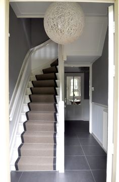 Nice runner on the stairs. Love Your Home, My Dream Home, Interior Stairs, Interior Architecture, Style At Home, Small Space Interior Design, House Stairs, Home Fashion, Home Deco