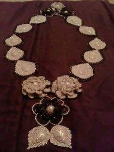 Couture, Diy And Crafts, Knit Crochet, Crochet Necklace, Pearl Necklace, Embroidery, Pearls, Knitting, Beauty