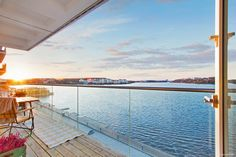 Unik chans att förvärva en fantastisk lägenhet med bästa frontläge och svårslagen utsikt över Mälarens glittrande vatten. En stor balkong om ca 10 kvm...