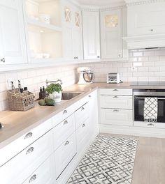 Cucine for white kitchen interior design 15 Economical Interior Design Ideas to Save Your Budget Home Decor Kitchen, Interior Design Kitchen, New Kitchen, Home Kitchens, Kitchen Ideas, Kitchen Rug, Kitchen Backsplash, Country Kitchen, White Kitchens Ideas