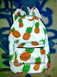 SWEET LORD O'MIGHTY! PINEAPPLE BACKPACK! I NEED THIS FOR BACK TO SCHOOL!!!!!!!