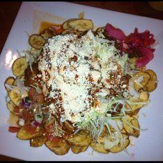 Este plato de Honduras es Pollo con tajadas. También, tiene salsa.